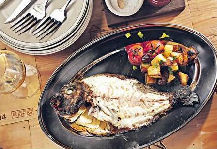 炭燒烤是日海鮮($280):新鮮赤宰後保留魚鱗,加茴香及檸檬焗 10 分鐘,超高溫將鮮魚原本的美味完全保留,上桌時才撕去魚皮品嘗嫩滑鮮美的白肉。