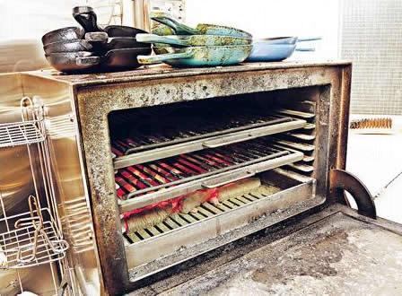 小館各式炭香撲鼻的海鮮美食必備工具?──?西班牙的 Josper 高溫炭火燒焗烤爐。