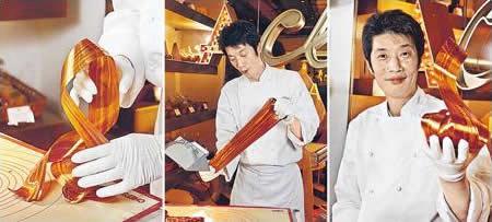 日籍餅師加籐智彥是拉糖高手,只見他熟練地一拉一拖一摺,便把糖拉成一條條的絲帶般,來裝飾栗子蛋糕。