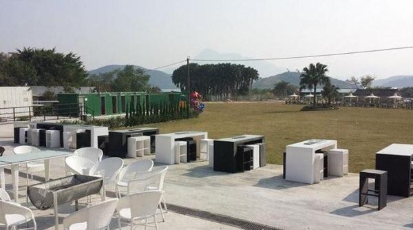 燒烤場背山面海,草坪延伸至海邊,其中三分一是燒烤的區域,其餘是綠化的休閒地帶