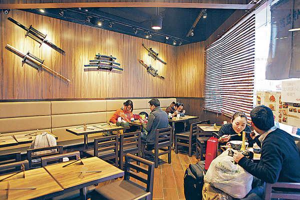 店內地方不大,以木色作主調,牆上掛有日本武士劍裝飾。