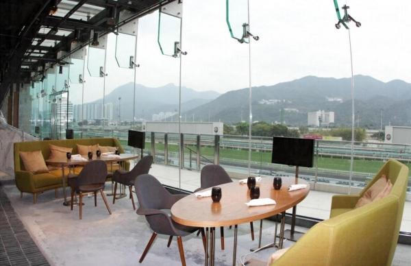 食客可透過落地玻璃觀看賽事