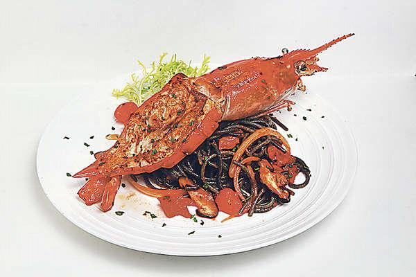 【法式煎大蝦香辣野菌墨魚麵 $98(晚餐連湯、法包及飲品)】大隻的海蝦成本價$40,肉質爽甜。用指天椒及白蘭地將焗過的野菌炒香,十分惹味。