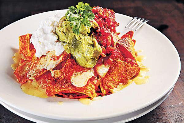 【Nachos Grande $88】分量超大,集齊芝士、Salsa、牛油果及Sour cream,Size夠四人分享。