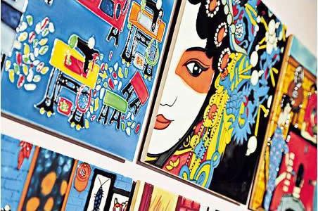 店子掛上不少藝術畫,其中包括這充滿中式風味的粵劇畫作。