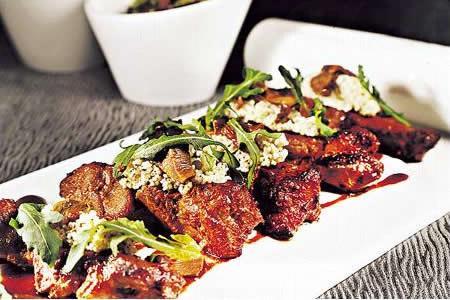 米醬黑豚陣:黑豚豬以自家製的鹽麴及韓國麵豉醬醃足 24 小時,煎香後再焗,配上以黑松露醬、穀物醋等煮成的 Couscous 米,非常惹味。