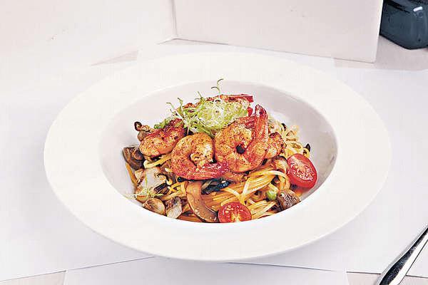【Shrimp aglio olio pasta $110】加入燒蝦、枝豆及車厘茄等,更豐富。