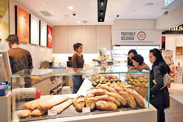 店前的大餅櫃,一眼見晒每天新鮮炮製的麵包蛋糕。