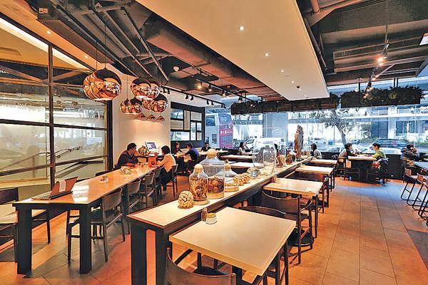 餐廳頗闊落,看窗外繁華鬧市,甚有閒情。