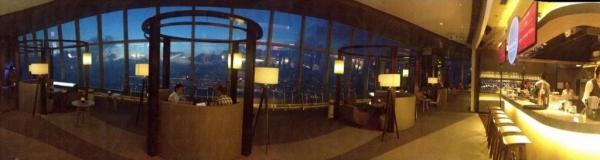 在 Vista Cafe & Amuse Bar 內可以環抱海景伴食