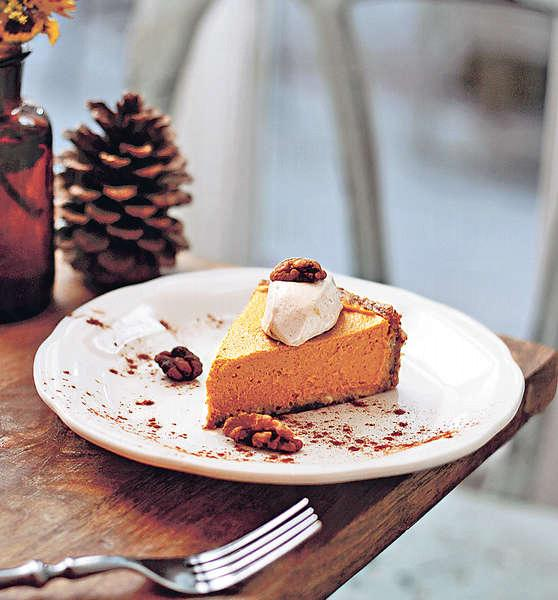 【Raw Cake $68】全素的蛋糕,以杏仁及蜜棗作Base,糕身是南瓜肉混合椰肉打成,味道簡單香甜。