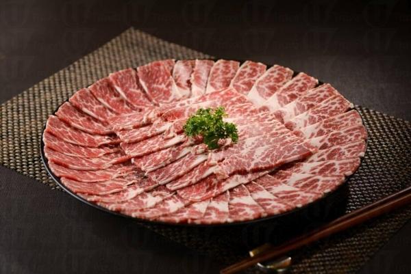 火鍋肉類除了手切肥牛,還有油脂豐富的黑豚腩