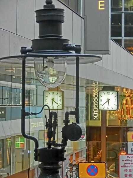 煤氣燈於每天傍晚六點至隔日清晨六點會自動亮燈