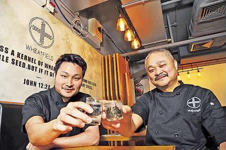 葉志偉(左)和葉爸爸(右),一個對外,一個主內,父子檔圓了創業夢。