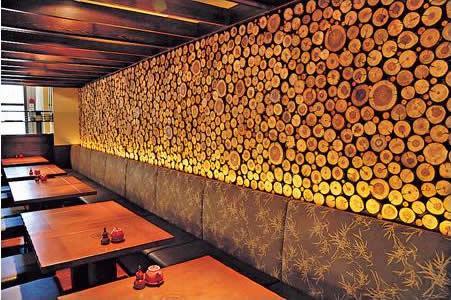 店舖其餘位置設梳化座,原木牆身配合從日本來的和布及和紙,展現另一種舒適的和式家居風格。
