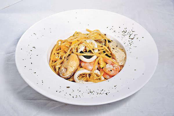 【海鮮松露忌廉扁意粉 $98】海鮮配料視乎時令而定,今次有青口、帶子、海蝦等,另一焦點是加入了意大利高純度黑松露醬。