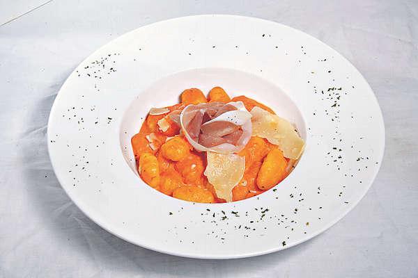 【帕爾瑪火腿、芝士番茄忌廉汁配意式薯糰 $88】薯糰是以焗薯、蛋黃、芝士及麵粉再塑形製成,不會過量吸汁易變糊口。