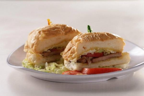 餐廳除了提供一般常見的飯和麵類外,亦有豬扒飽、紅豆冰等輕食