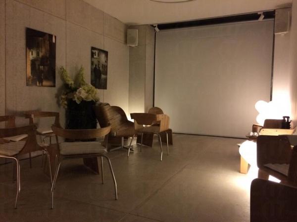 「Hall」 內備有巨形投影銀幕和卡拉音響,亦可安排代訂到會餐飲服務