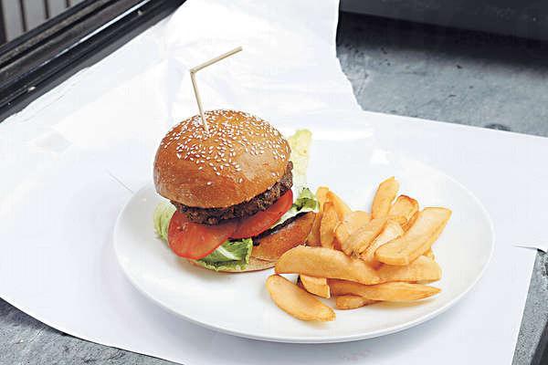 手打漢堡扒每天鮮製,用上澳洲Campbell農場的牛肉,特選Rump肉夠油潤,連同芝士、番茄、生菜等,是「鬼佬」size。