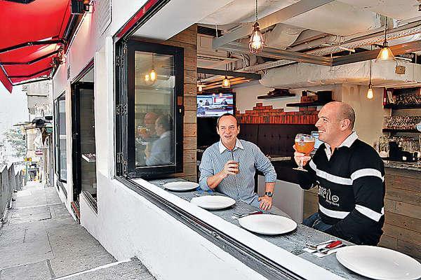 店子最吸引位置,坐在特大窗子前,邊喝酒邊傾偈,感覺一流。