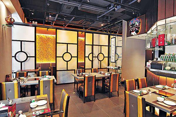 店舖內的名家字畫、四川面譜,都是老闆搜羅,營造四川傳統感覺。