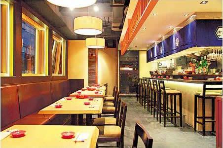 店舖主區一邊是散座、對面是壽司吧,光猛企理,典型日菜館格局。
