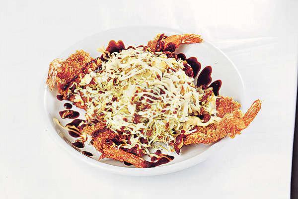 【山醬炸蝦 $58】鮮蝦拍扁後蘸脆漿炸香,薄脆可口,中心加點椰菜絲、沙律醬及赤味噌醬,平衡膩感。