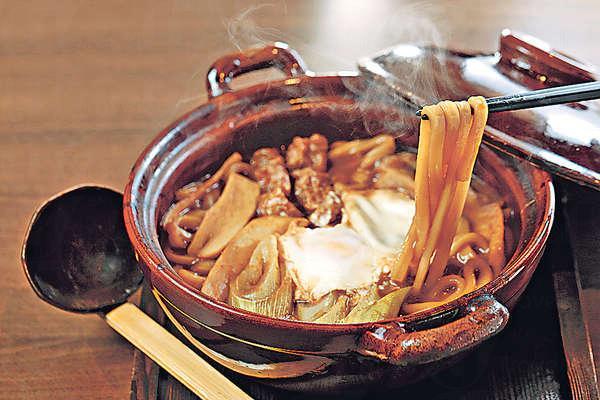 【味烏冬麵 $88】名古屋料理最常用赤味噌,與豆皮、烏冬、大蔥及菇菌做成鍋物,麵條掛滿惹味湯汁,口感煙韌彈牙,好吃。