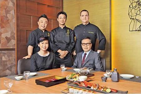 Harlan(後排右)帶同高徒兼集團行政總廚 Joe Lee(後排左)和日本總廚前田久典(後中)創製具創意的日式美食。而一直得長期合作伙伴杜振源(前排右)和另一股東余慕文小姐的支持。