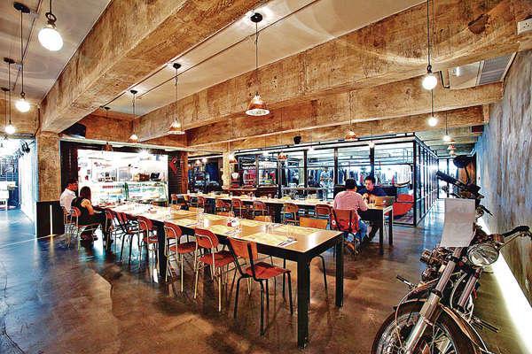 室內環境頗男性化,既有電單車及牛皮等裝飾,加上長枱椅很有紐約輕食店感覺。