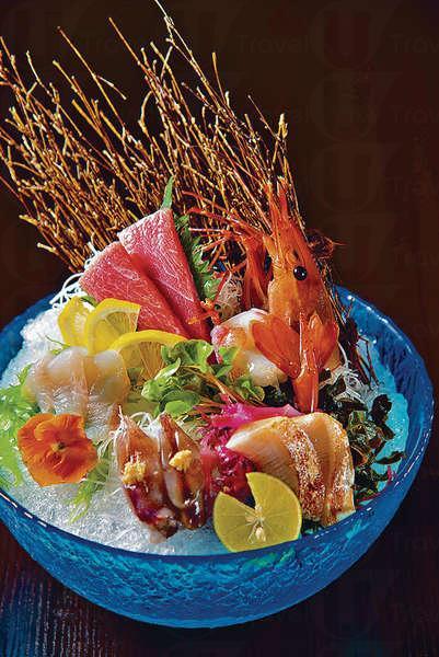 【刺身拼盤 (Omakase菜式)】共有五款,必備的有三皇縣野生大拖羅和牡丹蝦,非常揼本。其他都是時令水產而且較少見,如愛女魚、熒光魷魚和輕炙過的油甘魚。