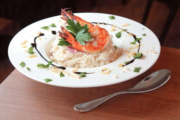 【煎大虎蝦配紅洋蔥芝士汁意大利飯 $108】虎蝦8-10頭,大隻彈牙。飯粒索盡芝士汁,混了雜菌碎,香口不膩。