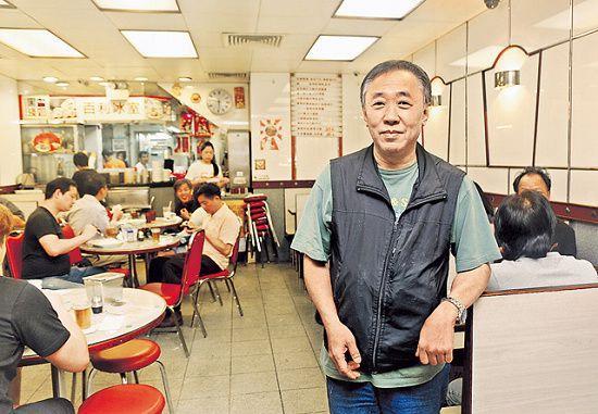 韓文波守着父親的老冰室,屹立在西灣河 50 年。店子常滿,環境逼窄,熟客高談闊論,街坊味濃。