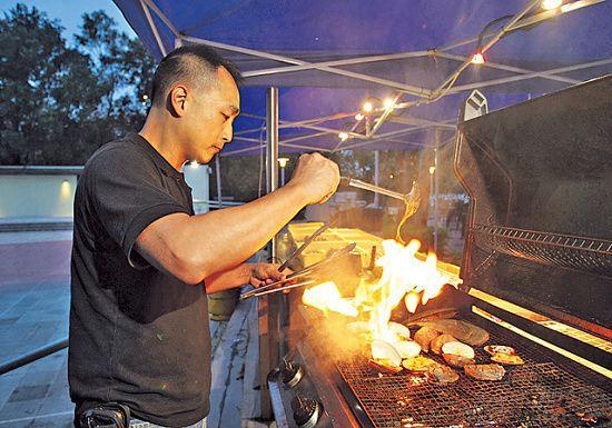 店主 Peter 親自主理烤爐,火候控制極佳。