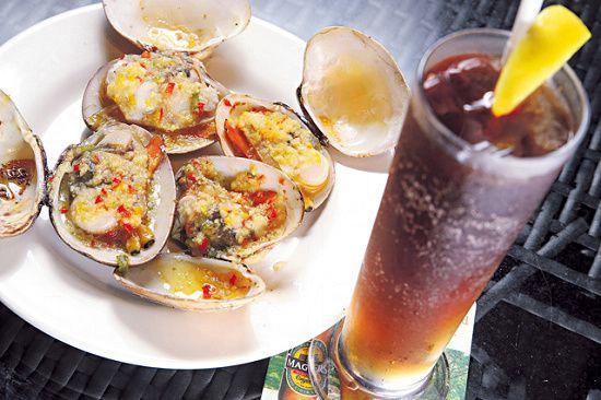 花蛤肥美厚肉,醬汁惹味好吃。Long Island($75),5 種酒溝出來,加檸檬汁和可樂,合男孩子。