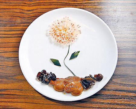 一枝獨秀($68):如一幅藝術畫,陳霜及Susan都話不捨得吃掉以鹽及醋醃過的蘿蔔花瓣、紅椒花蕾,以及青瓜枝葉。
