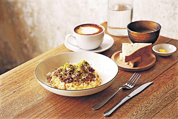意大利飯 $82(午市套餐連湯或甜品):鴨肉加入大量雜菜、香草、肉桂、杜松子炆兩小時,手撕後用來煮意大利飯,啖啖都吃到香軟的鴨肉。