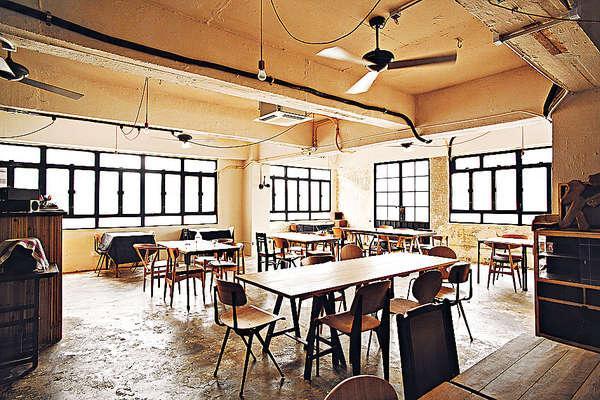 店內環境寬敞,水泥地不經粉飾,牆身刻意做成油漆剝落,加上簡約的木餐桌椅,感覺又raw又有型。