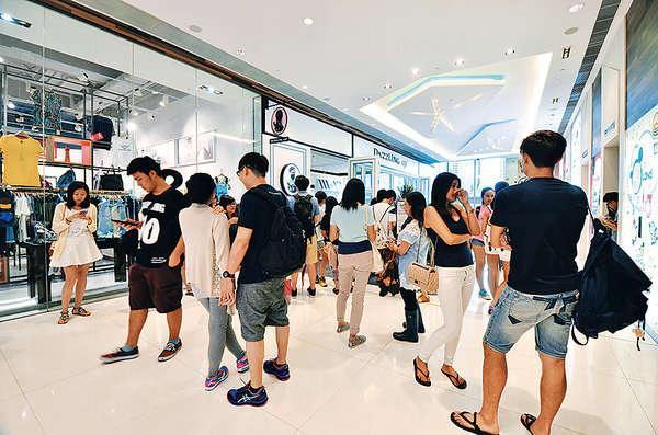 12時開始營業,門口已排了四十多人。