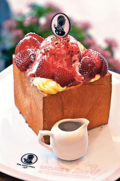頭號受歡迎吐司:就愛草莓蜜糖吐司 $98,草莓雪糕+新鮮草莓+草莓醬,草莓勝在鮮甜不酸。