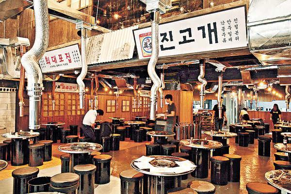 以韓食街概念打造,四周都掛上招牌道具,不過最愛還是坊間少見的特高樓底,食完不怕成身味。