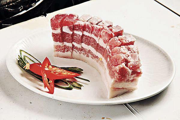 五花腩切成相連狀,既可平放在烤爐上均勻受熱,腩肉熟透時亦方便剪開。