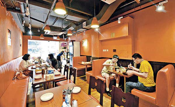 韓食店格局,橙色調很醒神,吸引不少街坊、上班族來開餐。