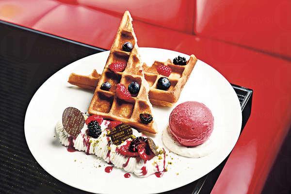 法式窩夫伴雜莓及紅莓雪葩 $98:鬆脆的窩夫,牛奶及蛋香味俱濃。跟酸味鮮活的紅莓雪葩及柔滑的忌廉是perfect match。