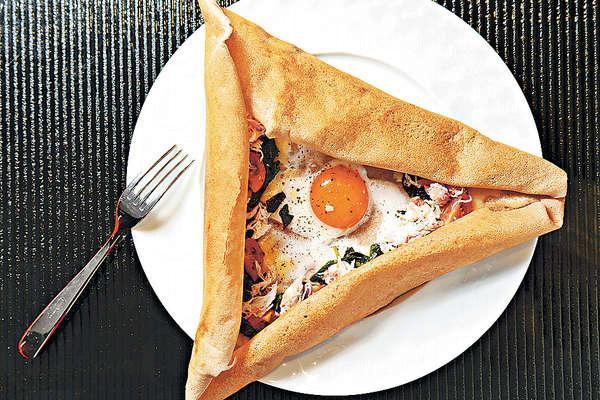 蟹肉法式薄餅 $148:薄餅帶蕎麥香,有鮮甜松葉蟹肉、甘香Gruyere芝士、菠菜、意大利車厘茄及日本太陽蛋。