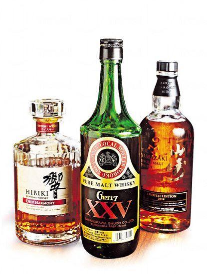 威士忌共 74 款選擇,(左起)Hibiki 響的 Deep Harmony($520/杯)、Sasanokawa Cherry XXV(125/杯)、山崎的 2014 限量版($370/杯),均屬珍