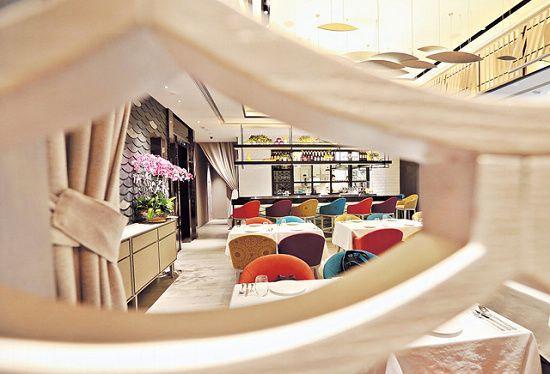 餐廳設計色彩繽紛,切合了錶其中一系列 Color Dreams 靈感,但當中帶點日式和風,牆上以魚鱗作圖案,點出意日 Fusion 口味。