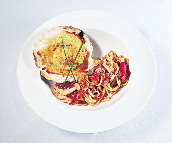 焗帆立貝意大利扁麵($168):帆立貝來自北海道,以巴馬臣和車打芝士焗,再配合番茄汁扁意粉,簡單美味。