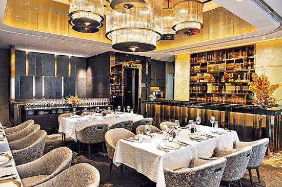 中菜的裝潢以華麗高雅為主,似足名人飯堂。